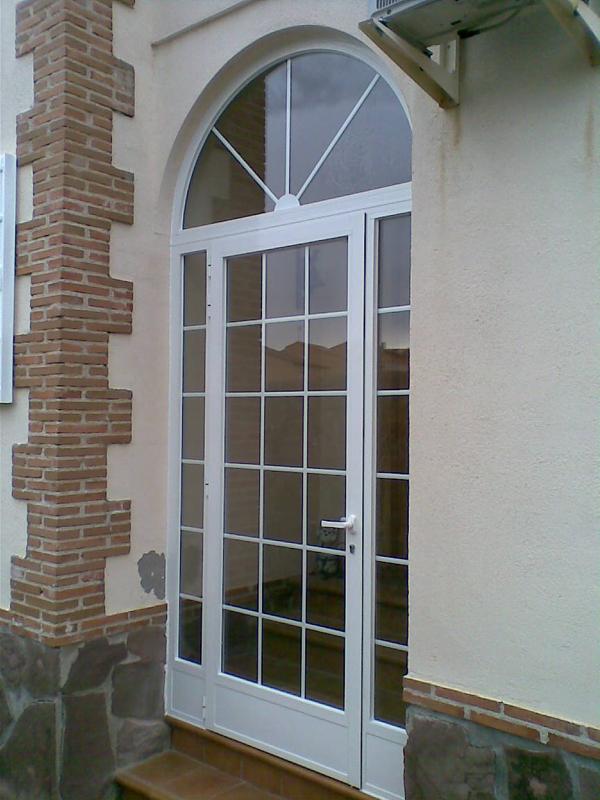 Aluminios garcilaso productos puertas de entrada de for Disenos de puertas en madera y vidrio