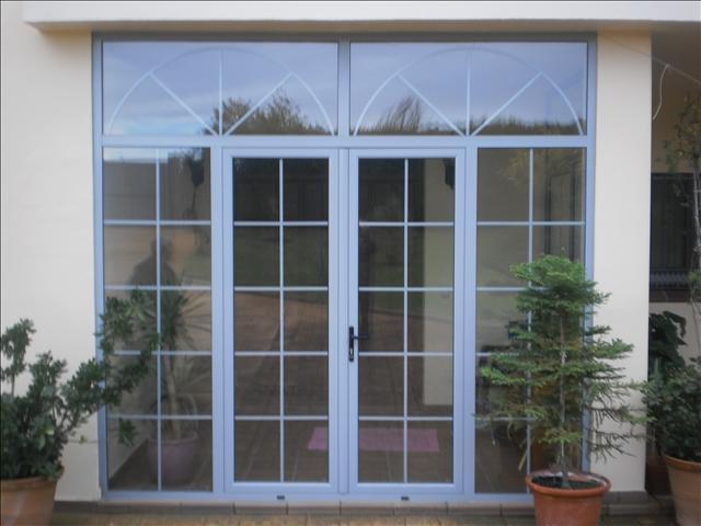 Aluminios garcilaso productos vidrio con barrotillos y for Puertas de vidrio corredizas para exteriores